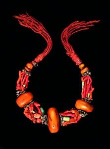 Collier de mariage ou de fête Ambre, corail, amazonite, coquillages, pièces de monnaie Région du Souss © Musée berbère / photo Nicolas Mathéus
