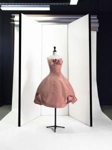 """Dior par Yves Saint Laurent, robe du soir """"Aurore"""", P/E1958. Faille de soie de Lajoinie. © Eric Emo / Galliera / Roger-Viollet"""