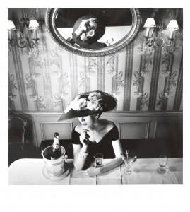 Henry Clarke, 1956. Chapeau du modèle Raout, collection Haute Couture printemps-été 1956, ligne Flèche. © Henry Clarke/Galliera/Roger-Viollet, © Henry Clarke, Musée Galliera/Adagp, Paris 2014.