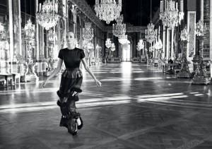 Inez van Lamsweerde et Vinoodh Matadin, 2012. Dans la galerie des Glaces du château de Versailles, robe de la collection Prêt-à-Porter automne 2012. © Inez van Lamsweerde et Vinoodh Matadin.