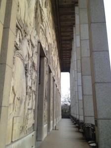 Palais de la porte dorée, colonnade. (c) De fil en archive