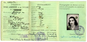 Titre d'identité et de voyage délivré par l'administration française à Catherine Karolyi, le 18 août 1953. © Archives familiales