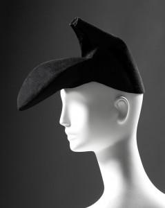 Elsa Schiaparelli, chapeau-chaussure, hiver 1937-1938 Feutre noir Collection Palais Galliera, musée de la Mode de la Ville de Paris © Eric Emo / Galliera / Roger-Viollet