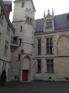 Hötel de Sens, blibliothèque Forney, cour intérieure © De fil en archive