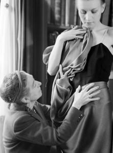 « Jeanne Lanvin drapant un tissu sur un mannequin » par Laure Albin Guillot © Laure Albin Guillot / Roger-Viollet