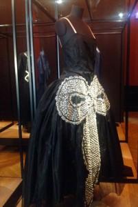 « La Cavallini », robe du soir, 1925 Taffetas noir décoré d'un nœud brodé de fil argenté, de perles, strass et perles fines. Patrimoine Lanvin © De fil en archive