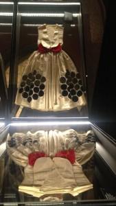 Robe Colombine, vitrine piano ©De fil en archive