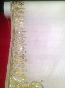 Bordure brodé, tissu utilisé pour le sacre, détail des abeilles dorées.