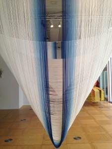 Akio Hamatani, W-Orbit, 2010 Rayonne, indigo © De fil en archive Diamètre : environ 400 cm