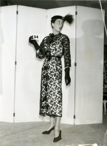 Cristóbal-Balenciaga-manteau-et-robe-de-cocktail-en-dentelle-Chantilly-1953_Photo-de-dépôt-de-modèle-©-Photo-et-modèle-conservés-dans-les-Archives-Balenciaga-Paris