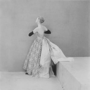 Cristóbal Balenciaga, robe de grand soir en dentelle de Dognin, 1951 Griffe BALENCIAGA (Paris) © Henry Clarke/Corbis