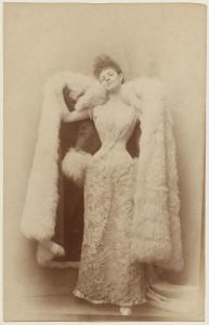 Photographie de Otto, la comtesse Greffulhe dans une robe de bal, vers 1887 © Otto / Galliera / Roger-Viollet