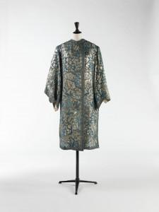 Manteau du soir. Lamé or; broderies de paillettes, de tubes bleus, et de perles bleues. Lacet de fils métalliques. Vers 1925. Galliera, musée de la Mode de la Ville de Paris.
