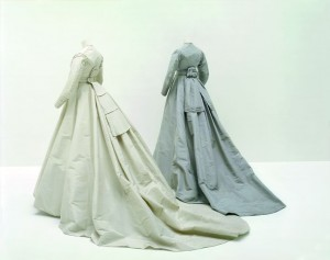 Robes portées par Madame Gachet lors de ses noces avec le Docteur Gachet, 1868 Robe de mariée  : faille de soie ivoire Robe de lendemain de noces : faille de soie gris parme Collection Palais Galliera - © Eric Poitevin/ADAGP, Paris 2016