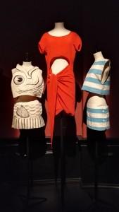 Robes d'Elli Medeiros de Jean-Charles de Castelbajac et Adeline André (la rouge). Portées à l'occasion du clip de Toi toi mon toit. © de fil en archive